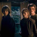 Tres amigos entran en un mundo de misterios en 'Stranger Things'