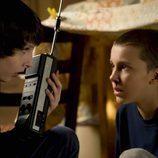 Los chicos se encuentran con una niña prófuga muy extraña en 'Stranger Things'.