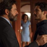 Carlos y Luis mantienen una conversación privada en 'La Embajada'