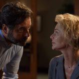 Luis y Claudia se miran fijamente en 'La Embajada'
