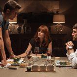 Eduardo, Roberto y Fátima mantienen una conversación en 'La embajada'
