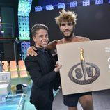 Christopher Mateo entrega el cheque de la victoria a Jorge en 'Supervivientes 2016'