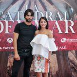 Aitor Luna y Andrea Duro en la presentación de la serie 'La catedral del mar'