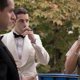 Rafael Figueroa, fumando, en el primer episodio de 'La sonata del silencio'