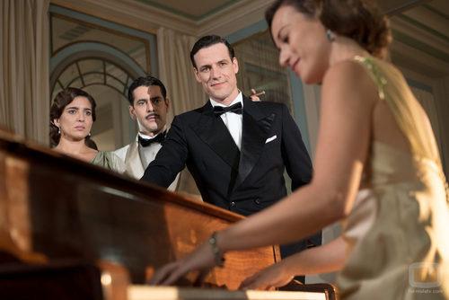 Antonio Montejano, Rafael Figueroa y Virtudes Molina obervando a Marta en el primer episodio de 'La sonata dle silencio'