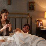 Marta Ribas cuidando de su marido en el primer episodio de 'La sonata del silencio'
