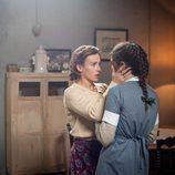 Marta Ribas con su hija Elena en el primer episodio de 'La sonata del silencio'