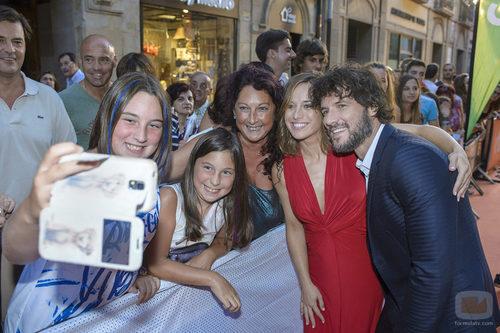 Marta Etura y Daniel Grao haciendo un selfi con los presentes en el preestreno de 'La sonata del silencio' en el FesTVal de Vitoria