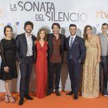 El reparto de 'La sonata del silencio' en su preestreno en el FesTVal de Vitoria