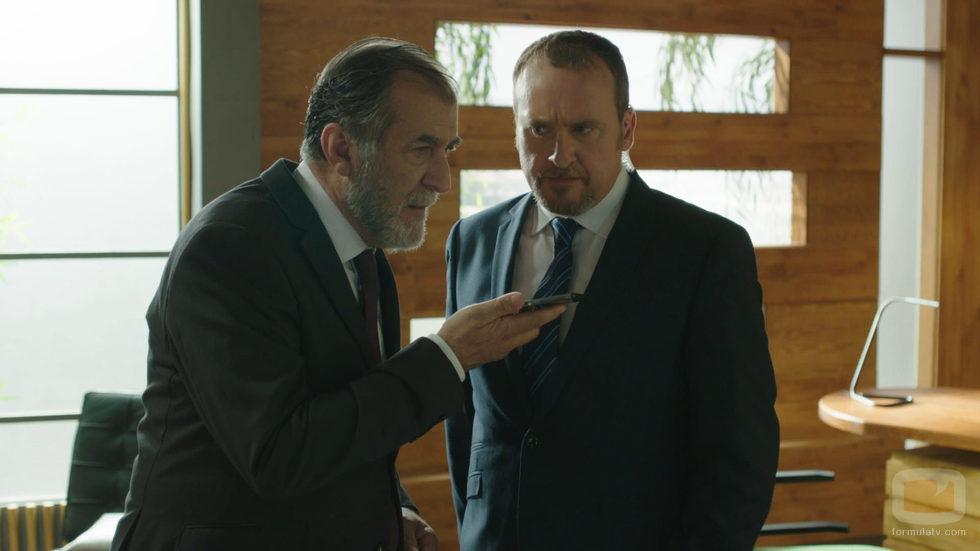 Ramón Barea habla por teléfono bajo la mirada de Fernando Cayo en 'Olmos y Robles'