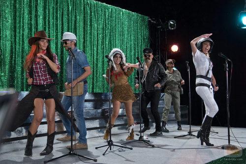 """Los """"zapevillages"""" durante la grabación del videoclip en 'Zapeando'"""