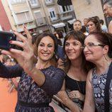 Ana Milán con fans en la alfombra naranja del FesTVal 2016 de Vitoria