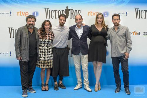 El reparto de la segunda temporada de 'Víctor Ros' en la presentación de la serie de RTVE