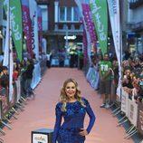 Ana Obregón posa con un vestido azul eléctrico en la alfombra naranja del FesTVal 2016