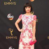 Constance Zimmer en la alfombra roja de los Premios Emmy 2016