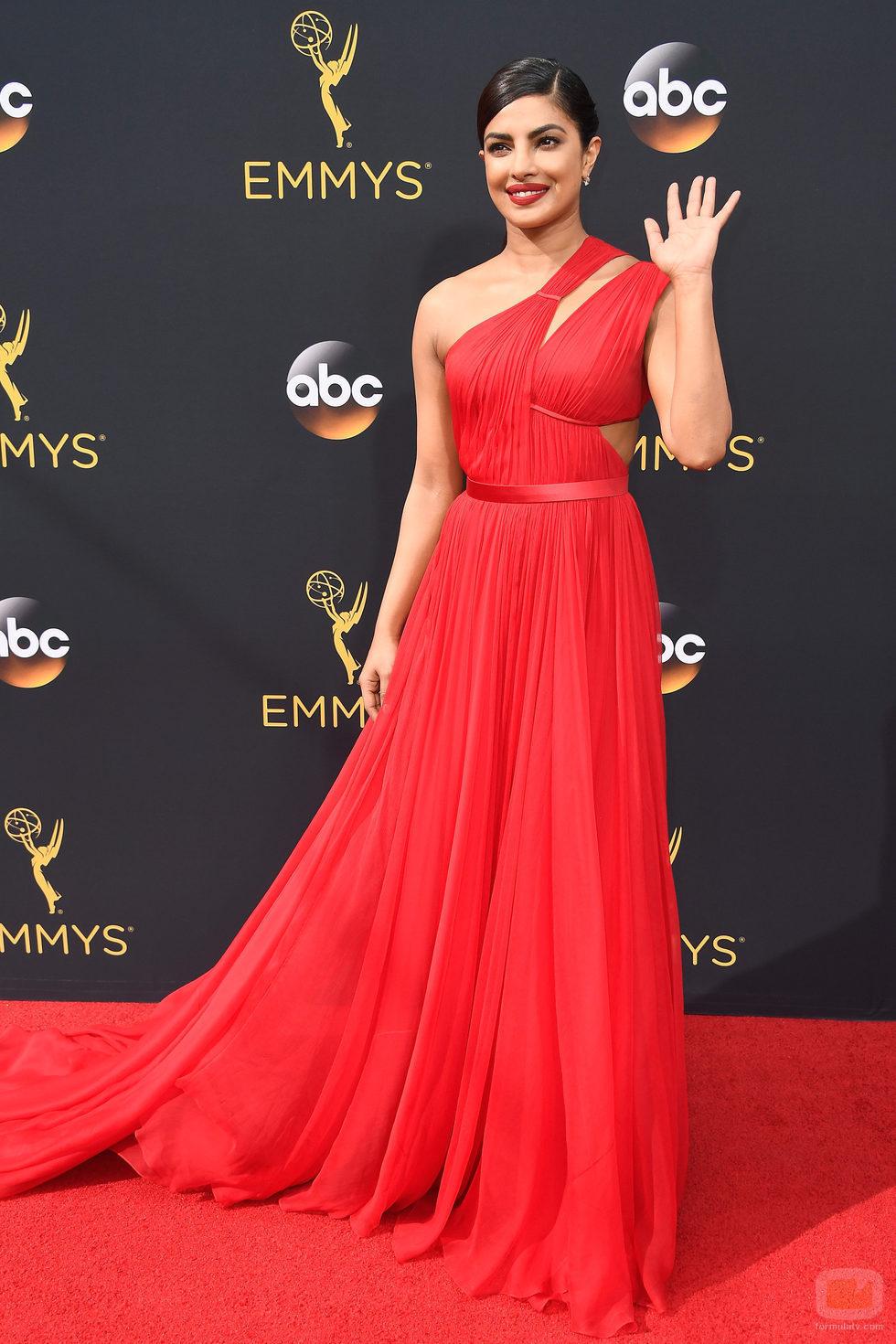 Priyanka Chopra en la alfombra roja de los Premios Emmy 2016