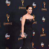 Neve Campbell en la alfombra roja de los Premios Emmy 2016