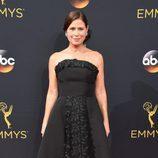 Maura Tierney en la alfombra roja de los Premios Emmy 2016