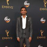 Aziz Ansari en la alfombra roja de los Premios Emmy 2016