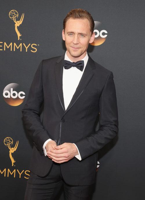Tom Hiddleston en la alfombra roja de los Premios Emmy 2016