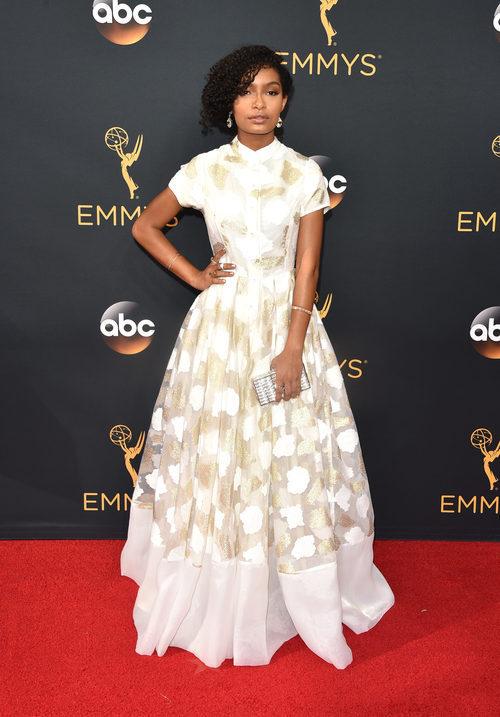 Yara Shahidi en la alfombra roja de los Premios Emmy 2016