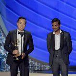 Aziz Ansari y Alan Yang recogiendo su Premio Emmy en 2016