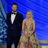 Joel McHale y Kristen Bell presentando en los Premios Emmy 2016