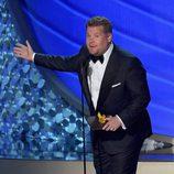 James Corden presentando en los Emmy 2016