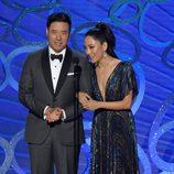 Randall Park y Constance Wu presentando en los Premios Emmy 2016