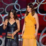 America Ferrera y Mandy Moore presentando en los Premios Emmy 2016