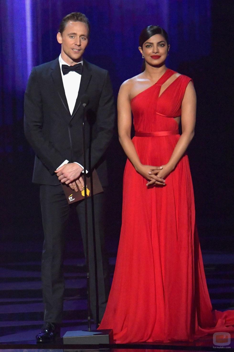 Priyanka Chopra y Tom Hiddleston presentan en los Premios Emmy 2016