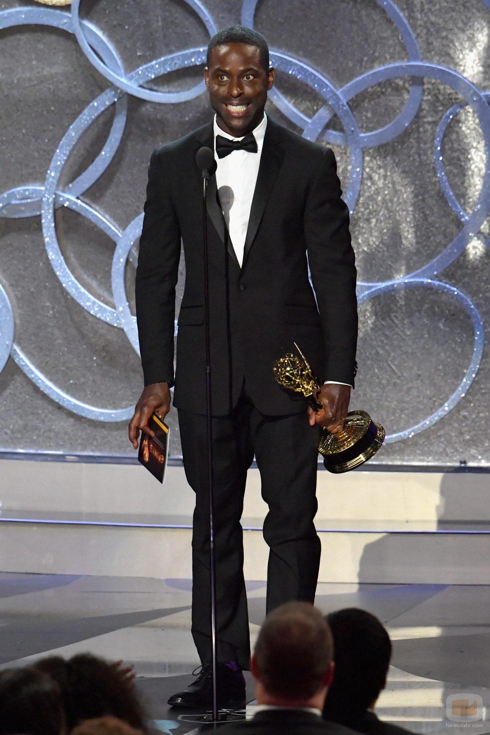 Sterling K. Brown recogiendo su Premio Emmy 2016