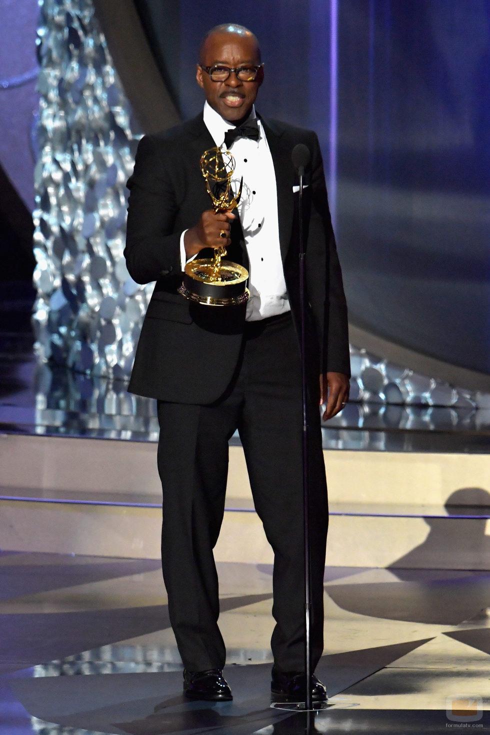 Courtney B. Vance recogiendo su Premio Emmy 2016