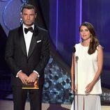 Keri Russell y Liev Schreiber presentando en los Premios Emmy 2016