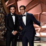 Kit Harington y Andy Samberg presentando en los Premios Emmy 2016