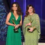 Tina Fey y Amy Poehler presentando en los Premios Emmy 2016