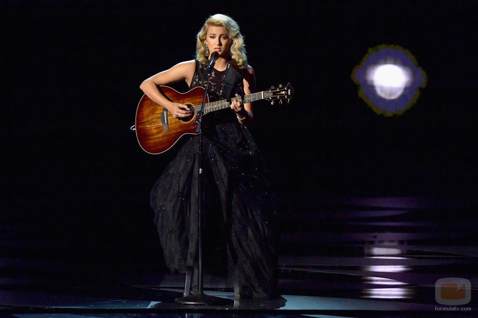 Tori Kelly cantando en los Premios Emmy 2016