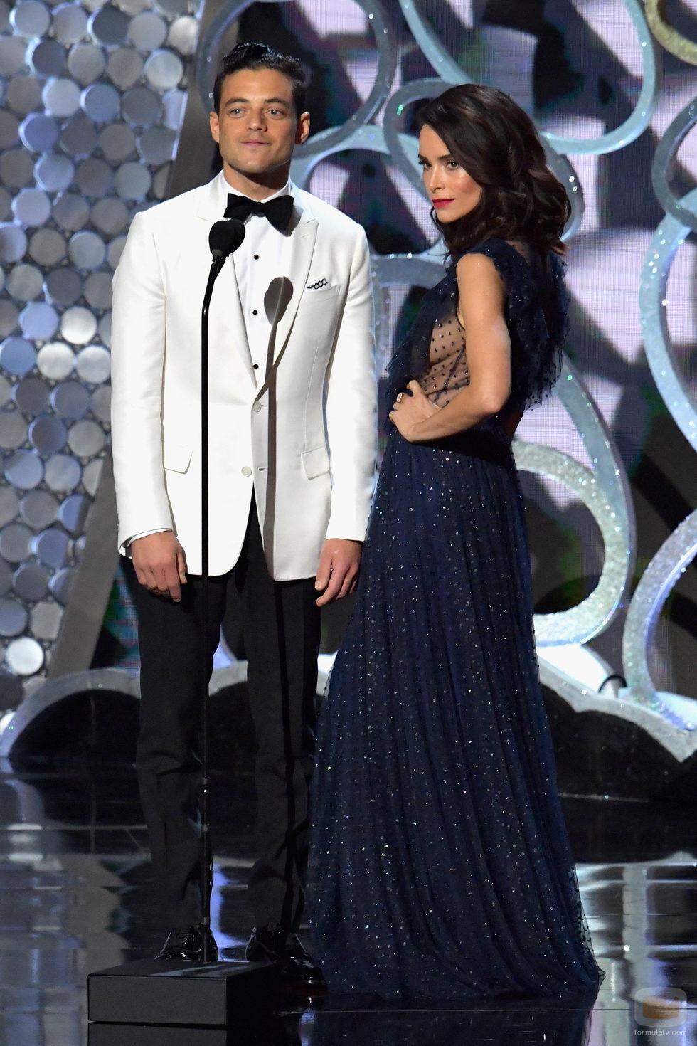 Rami Malek y Abigail Spencer presentando en los Premios Emmy 2016