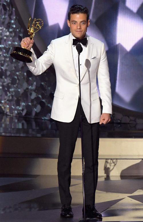 Rami Malek recogiendo su Premio Emmy 2016