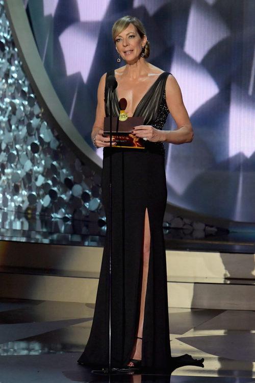 Allison Janney presentando en los Premios Emmy 2016