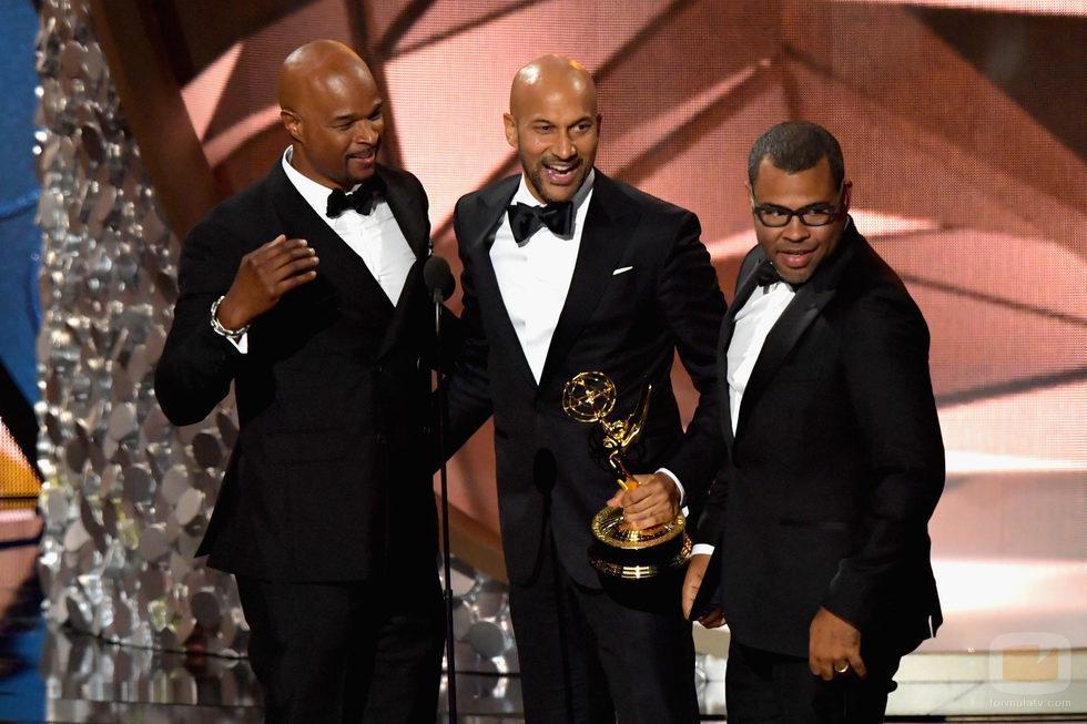 Keegan-Michael Key y Jordan Peele recogiendo su Premio Emmy 2016