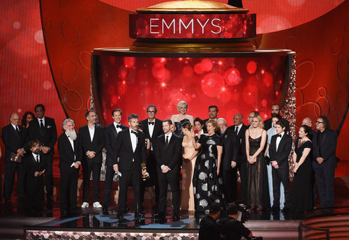 El equipo de 'Juego de Tronos' recogiendo su Premio Emmy 2016