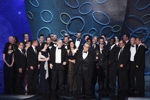 El equipo de 'Veep' recogiendo su Premio Emmy 2016