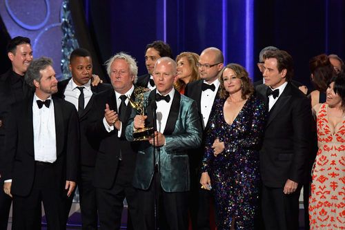 El equipo de 'American Crime Story' recogiendo su Premio Emmy 2016