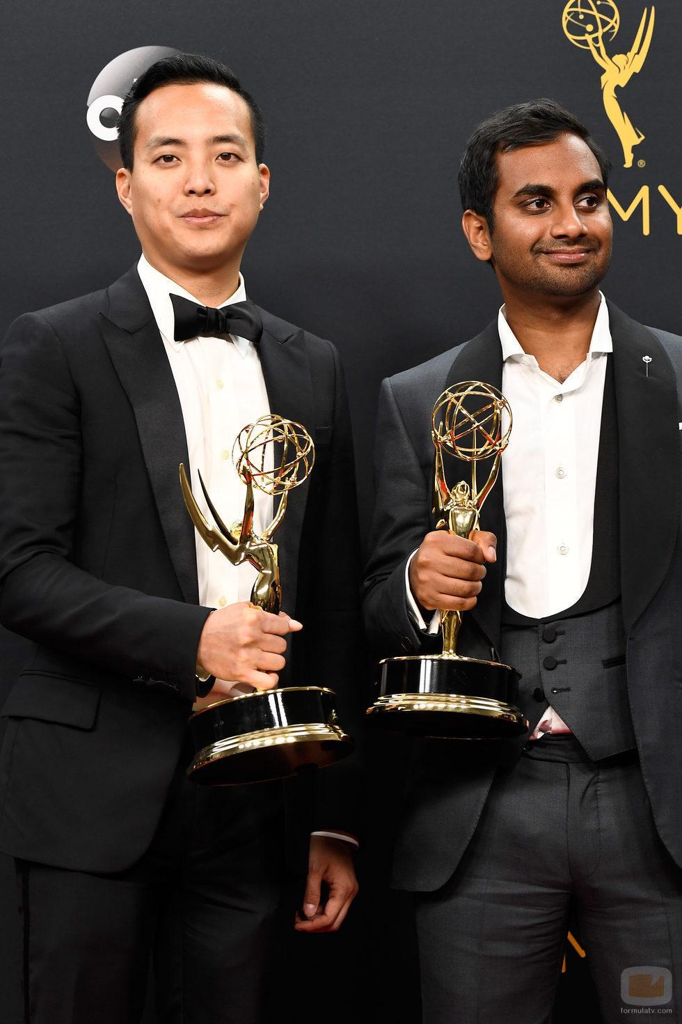 Alan Yang y Aziz Ansari, ganadores de un Premio Emmy 2016