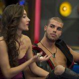 Pol escucha atentamente a Adara en la 3ª Gala de 'Gran Hermano 17'