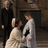 Ana Ribera junto a su hijo en 'Velvet'