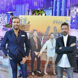 Raúl Prieto y David Valldeperas, posando junto al diseño de Javier Mariscal