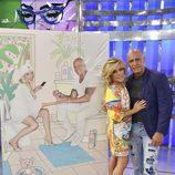 Lydia Lozano y Kiko Matamoros, posando junto al diseño de Javier Mariscal