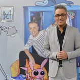 Kiko Hernández, posando junto al diseño de Javier Mariscal